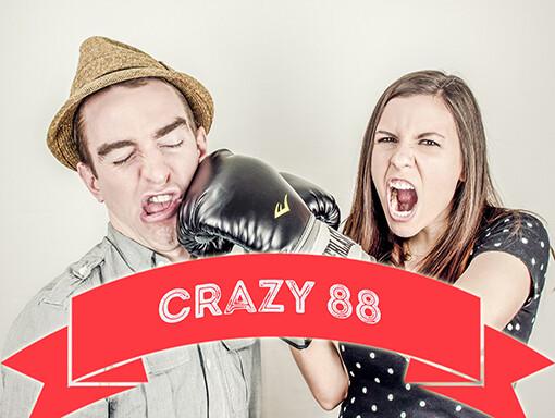 Een vrouw bokst een man tijdens crazy 88